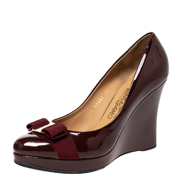 Salvatore Ferragamo Maroon Patent Vara Bow Wedge Pumps Size 40 In Red