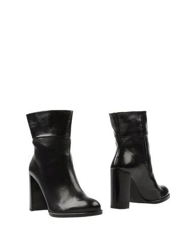 Stuart Weitzman Ankle Boot In Black