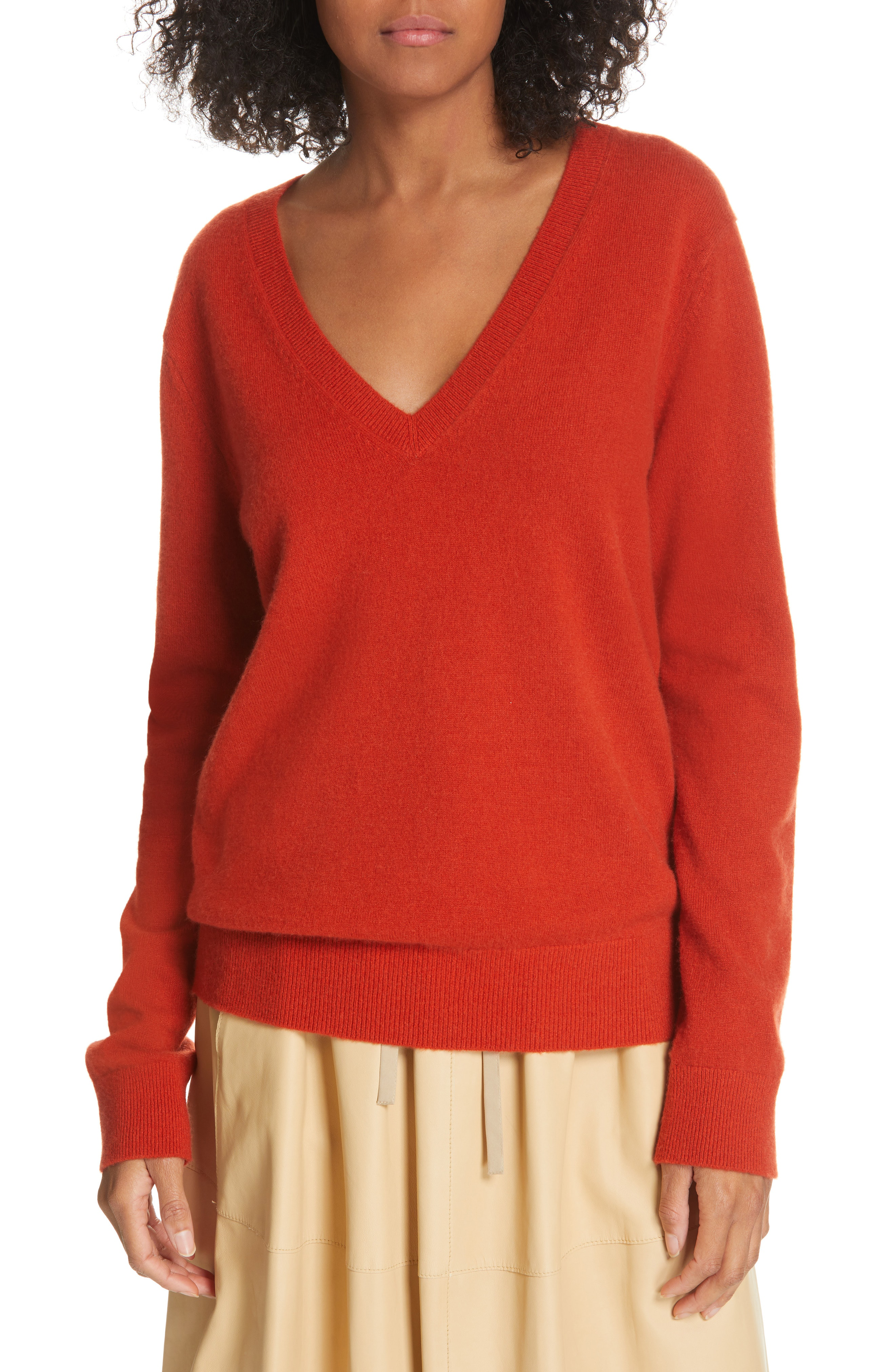 Vince Weekend V-Neck Cashmere Sweater In Adobe Red