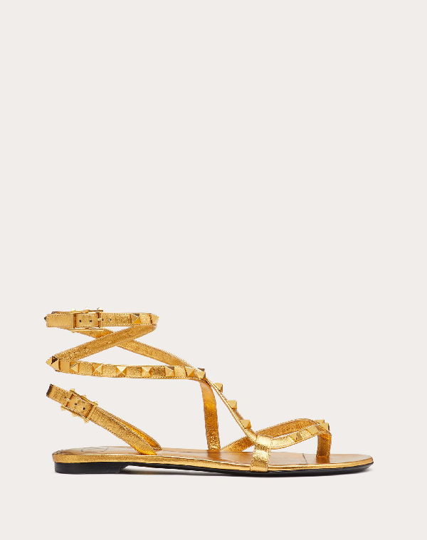 Valentino Garavani Rockstud Flair Flat Metallic Nappa Flip-flop Sandal In Deep Gold
