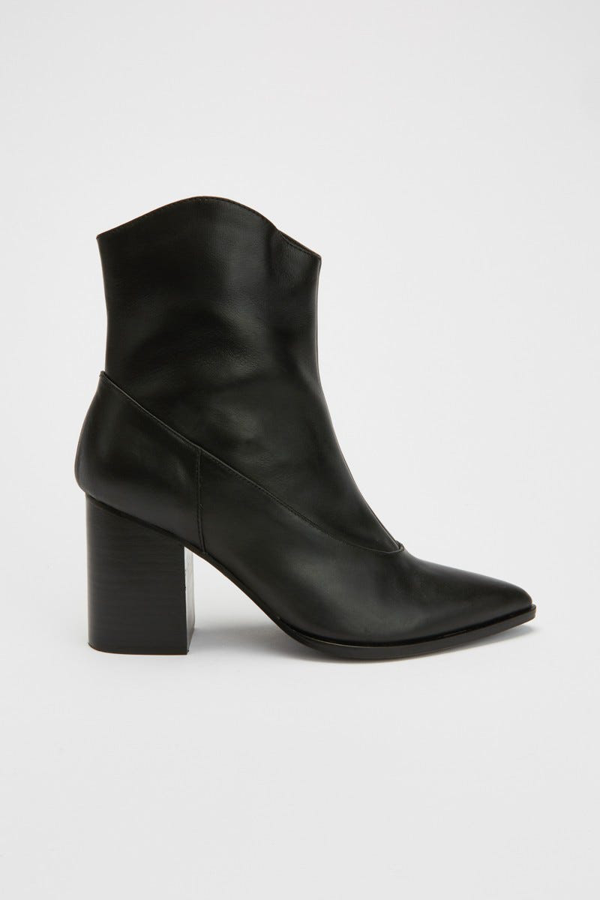 Jaggar Curve Boot In Black
