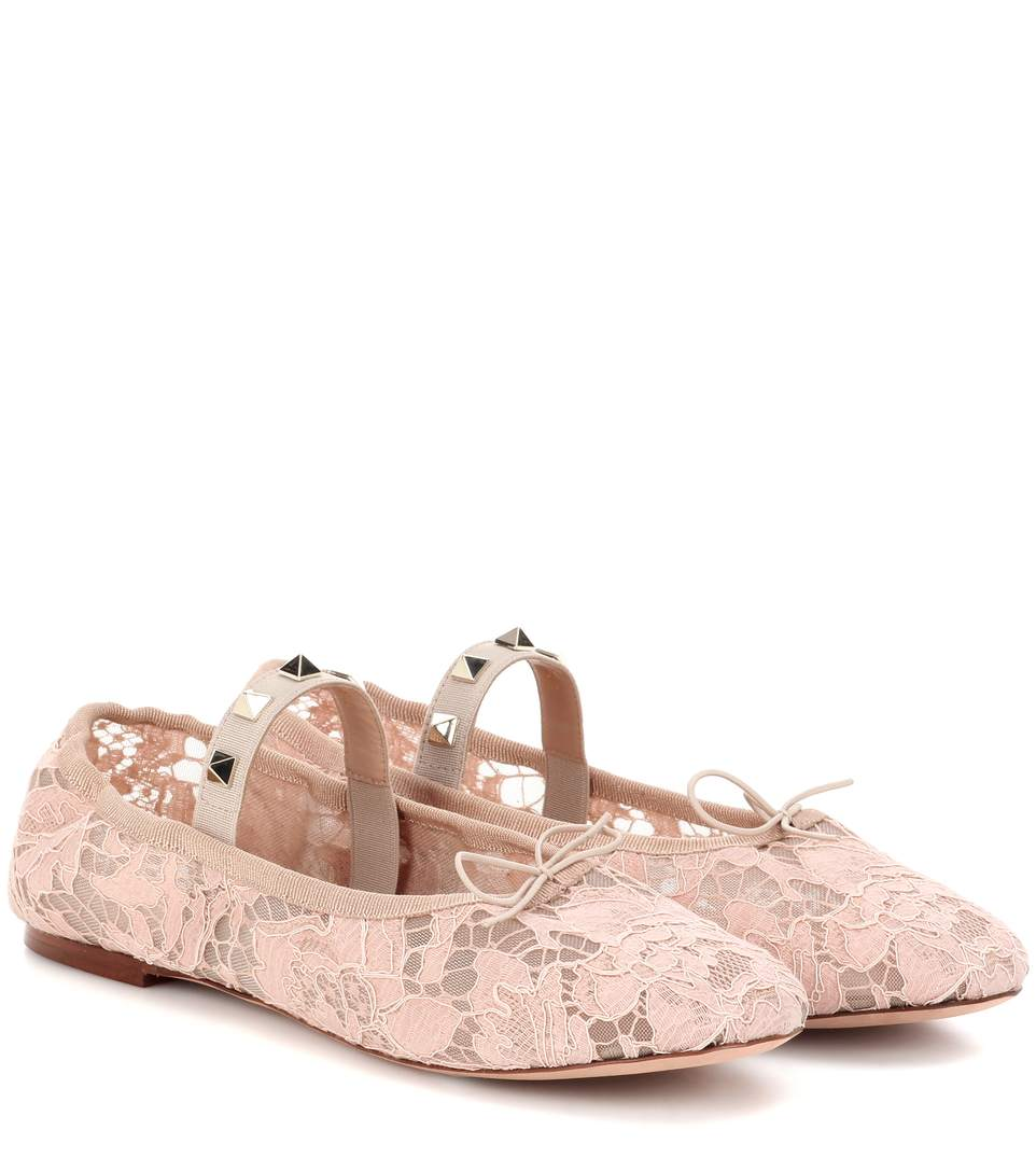 Valentino Garavani Rockstud Ballet Lace Ballerinas In Light Piek