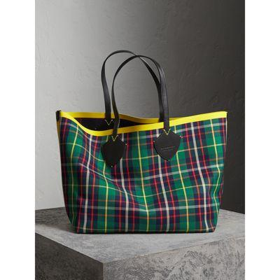 e2886158c6 Burberry The Giant Reversible Tote In Tartan Cotton In Navy Multi ...