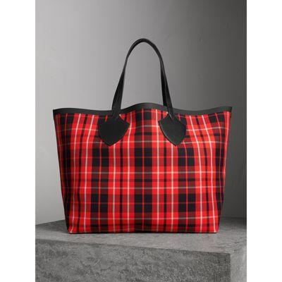 7171a8c4aa2d Burberry The Giant Reversible Tote In Tartan Cotton In Vibrant Red Black