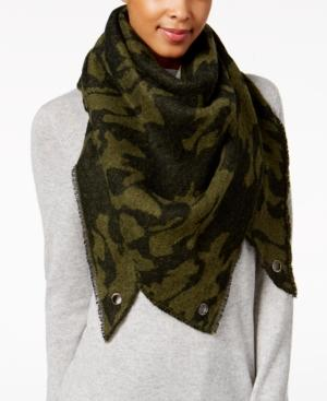 Steve Madden Camo Stars Triangle Blanket Wrap In Army Green