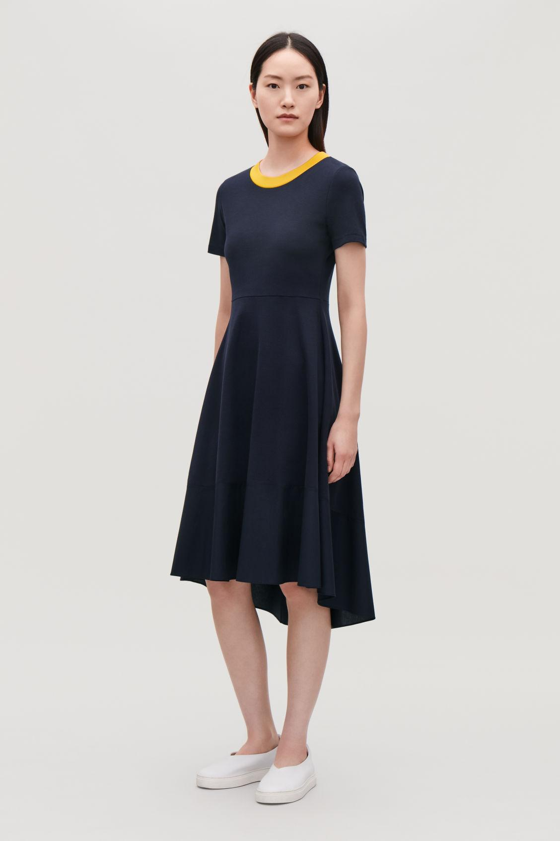 213afcd3a5 This short-sleeved dress is made from soft stretch jersey. A waisted fit  with a flared