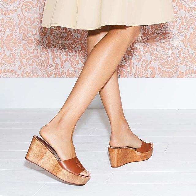 e4451be8c8025 TORY BURCH Women's Patty Leather Platform Wedge Slide Sandals in Perfect  Cuoio